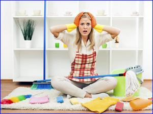 люди устали от уборки квартиры