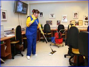 Девушка убирается в офисном здании и офисе