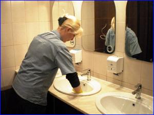 Уборка туалетов специалистами в кафе и ресторане
