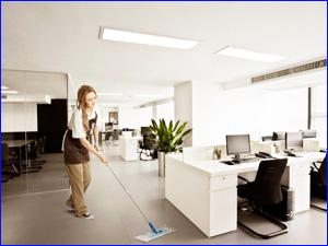 Девушка моет пол в офисном здании