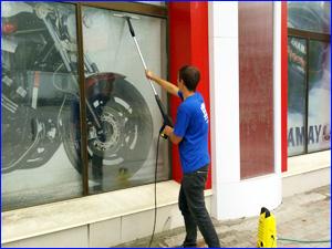 Очистка витрины магазина от пыли и грязи
