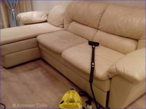 Белый диван из кожи и моющий пылесос